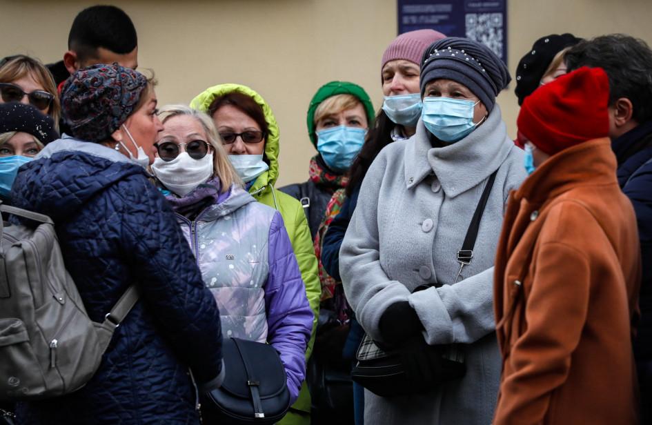 Люди в защитных масках на одной из улиц Москвы